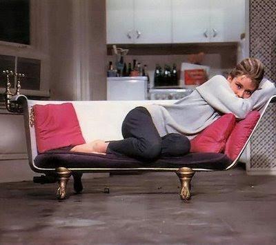 Holly na sofie z wanny