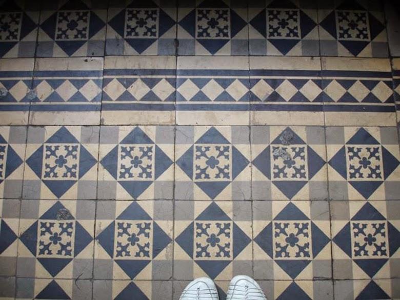 płytki podłogowe cementowe i ceramiczne, kamienice, modernistyczne płytki,