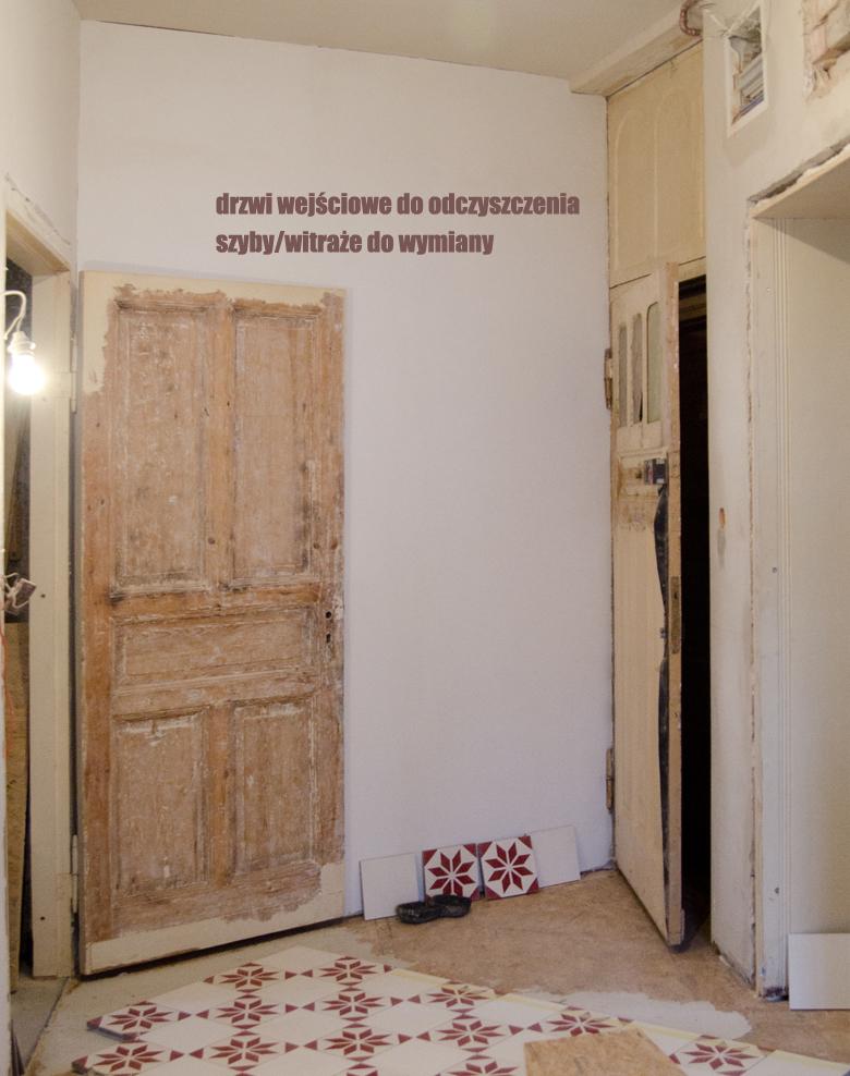 drzwi drewniane w kamienicy