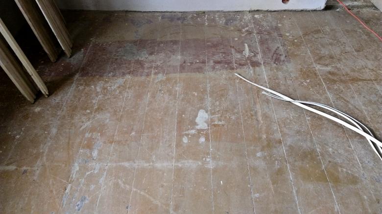 farba olejna na starej podłodze sosnowej