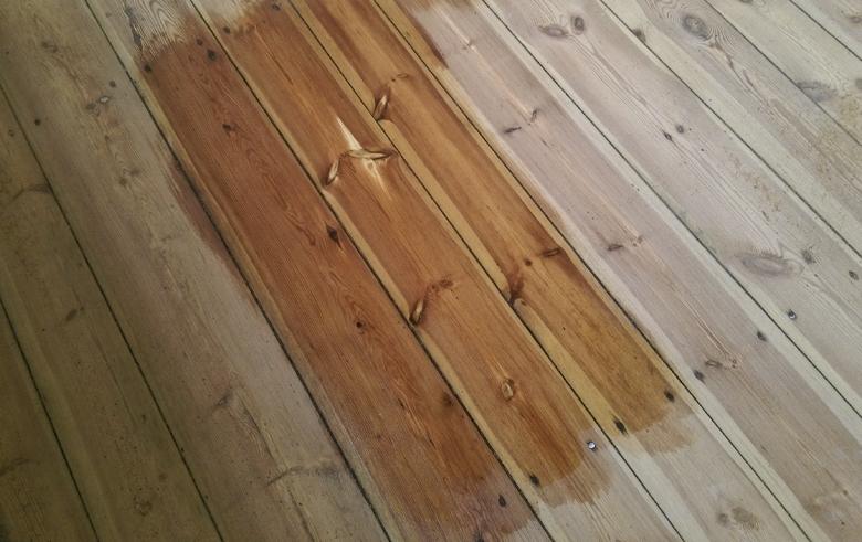sosnowa podłoga z lakierem bezbarwnym