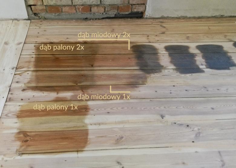 różne kolory oleju na starej sosnowej podłodze