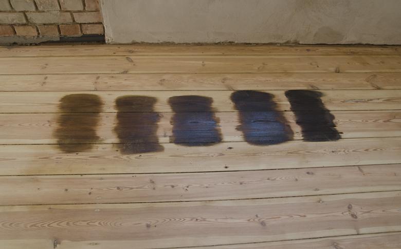 ciemna podłoga sosnowa - różne kolory lakierobejcy