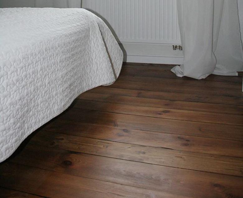 lakierowana stara podłoga sosnowa