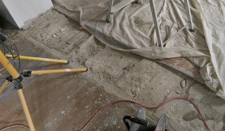 stara podłoga i dziury do uzupełnienia