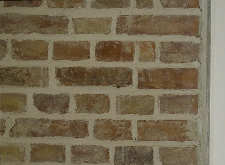 odkryta ściana z cegły