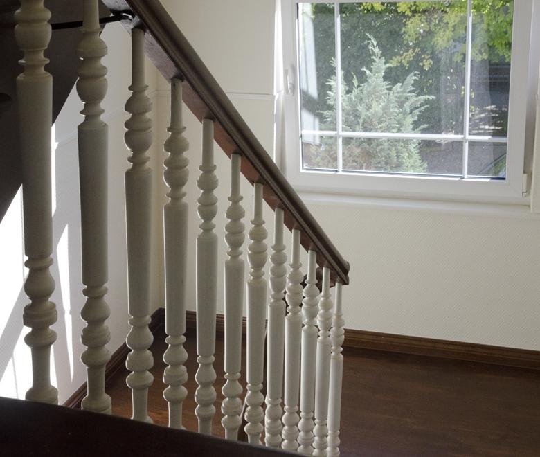 białe tralki na klatce schodowej kamienicy