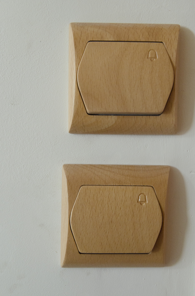 drewniane wykończenie na klatce schodowej