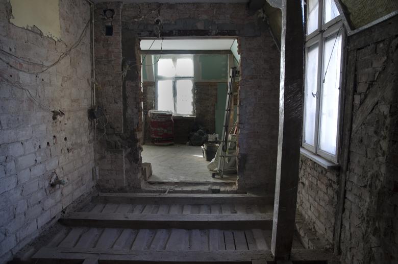 Remont mieszkania w kamienicy, zbijanie tynków, zrywanie podłóg, odkrycie cegły.