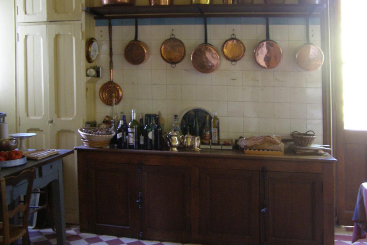 Kuchnie w stylu francuskim – prawdziwe, ciepłe wnętrza | WNĘTRZA
