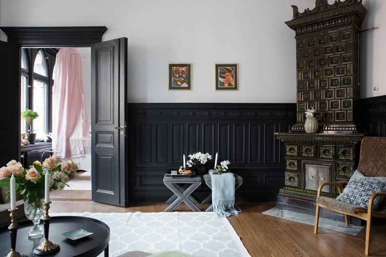 Czarna sztukateria i czarne listwy podłogowe we wnętrzach.