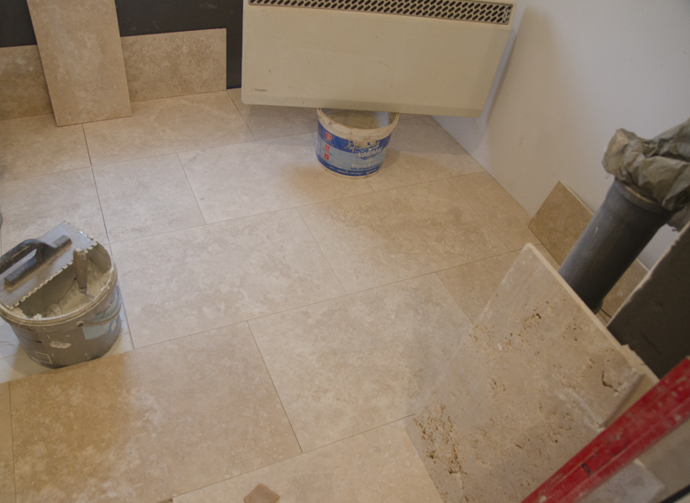 Remont mieszkania na poddaszu w kamienicy - trawertyn na podłodze w łazience