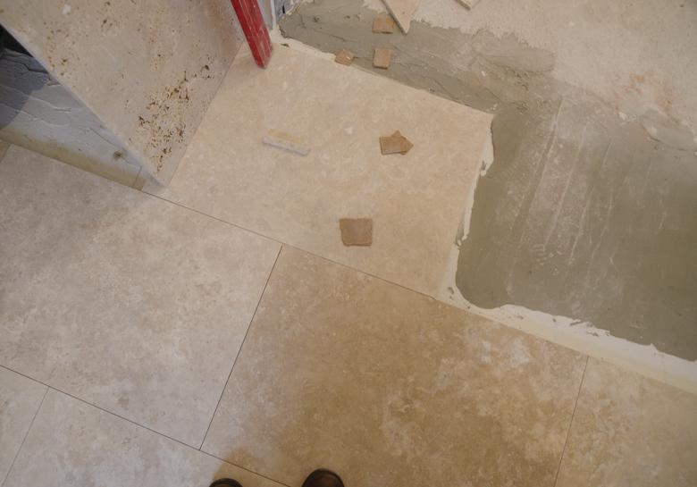 Remont mieszkania na poddaszu w kamienicy - podłoga z trawertynu
