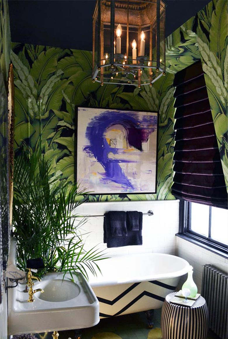 tapeta w liście bananowca w łazience