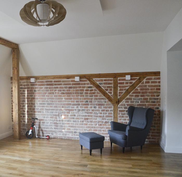 konstrukcja budynku - odkryta ściana z cegły z drewnem