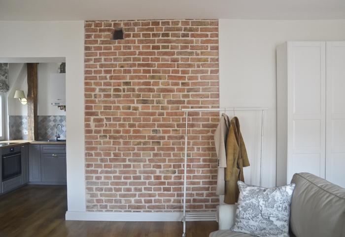 Remont mieszkania w kamienicy na poddaszu, ściana ceglana