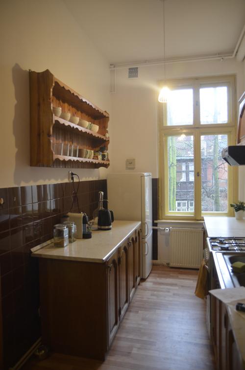 jedna z dwóch kuchni w mieszkaniu w kamienicy przed remontem