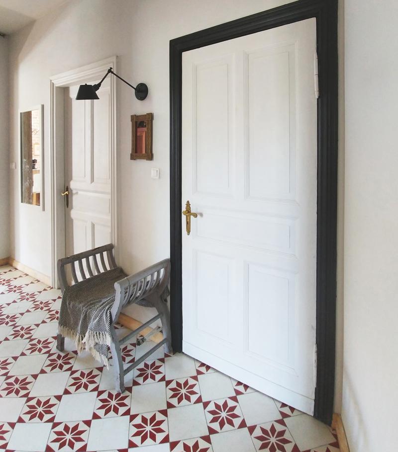 stare drzwi w kamienicy